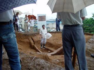 墳丘中央で検出した墓壙の概要を説明