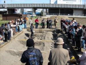 東の第2調査区で長岡京期の遺構(一条大路南側溝)を説明