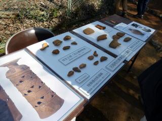 出土した埴輪・土器の展示風景